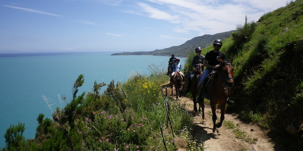 Horse_riding_on_wonderful_Sicilian_coast_a_cheval_sur_la_merveileuse_cote_sicilienne_a_cavallo_sulla_meravigliosa_costa_siciliana